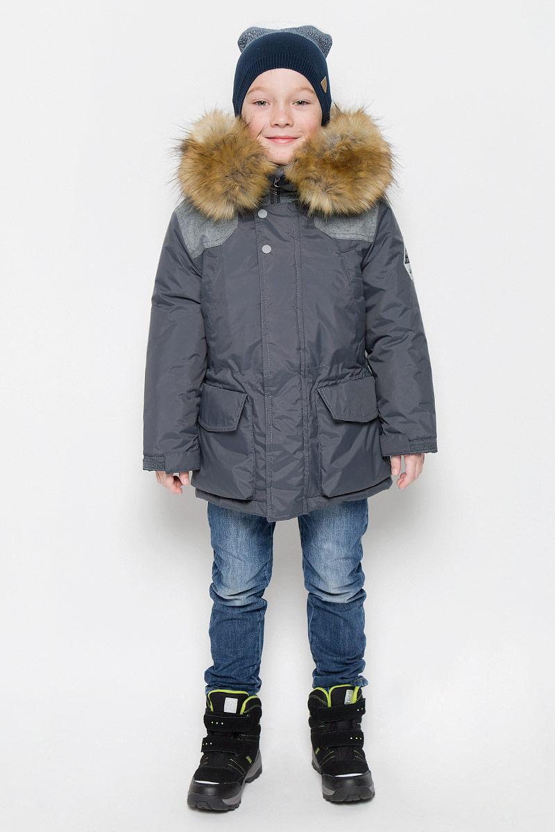 Куртка для мальчика Boom!, цвет: темно-серый. 64364_BOB_вар.1. Размер 116, 5-6 лет64364_BOB_вар.1Куртка для мальчика Boom!, изготовленная из полиэстера, станет стильным дополнением к детскому гардеробу. Материал приятный на ощупь, позволяет коже дышать, легко стирается, быстро сушится. Подкладка выполнена из полиэстера с добавлением вискозы. В качестве утеплителя используется синтепон. Модель с капюшоном и длинными рукавами застегивается на пластиковую застежку-молнию с защитой подбородка и дополнительно имеет внешнюю ветрозащитную планку на липучках и кнопках. Капюшон не отстегивается, регулируется с помощью шнурка и декорирован искусственным мехом на кнопках. Спереди расположены два накладных кармана на липучке и два кармана на груди. Талия регулируется при помощи эластичной резинки со стопперами. Модель дополнена дополнительным слоем, который пристегивается при помощи пуговиц. Рукава дополнены трикотажными манжетами и регулируются хлястиками на липучках. Спинка декорирована принтом с надписями. Левый рукав оформлен нашивкой. Красивый цвет, модный силуэт обеспечивают куртке прекрасный внешний вид!Теплая, удобная и практичная куртка идеально подойдет для прогулок на свежем воздухе!