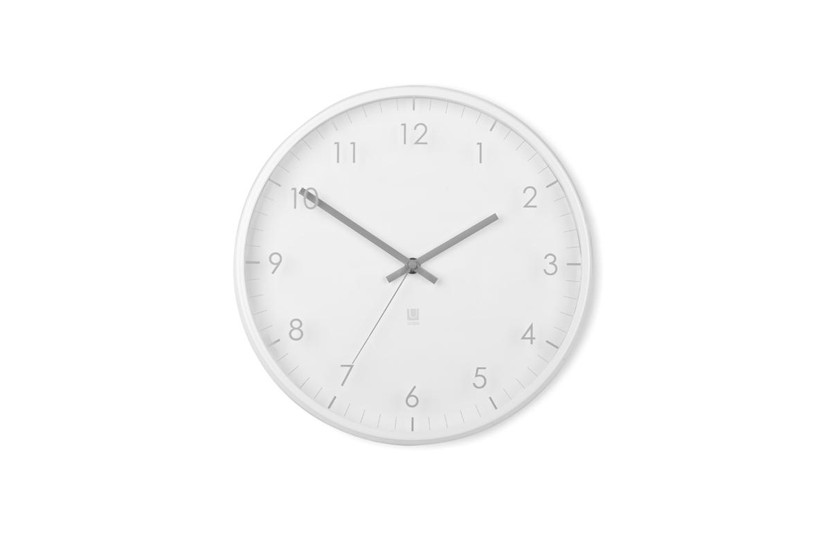 Часы настенные Umbra Pace, цвет: белый118423-660Часы настенные Umbra Pace выполнены из металла. Часы имеют незаметную на первый взгляд, но весьма оригинальную деталь: цифры и деления нарисованы не на циферблате, а на наружнем стекле. Работают от одной стандартной батарейки АА (в комплект не входит). Размеры: 31,8 см х 3,8 см