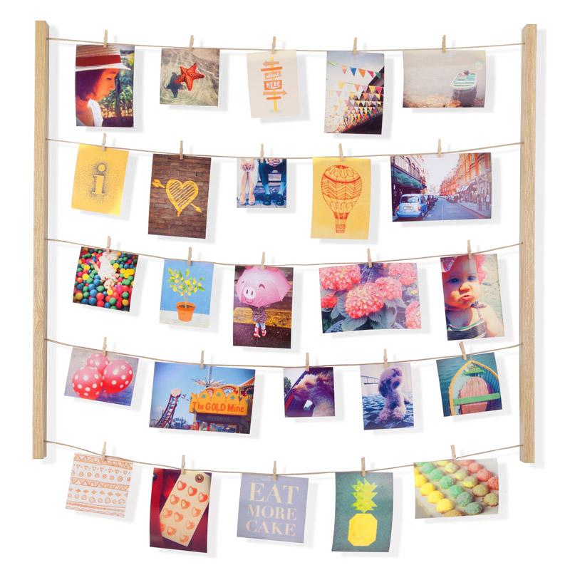 Панно с зажимами Umbra Hangit, цвет: бежевый, для 40 фотографий315000-390Для натур творческих пары рамочек для фото недостаточно. Мы понимаем и поддерживаем ваш размах - фотографий должно быть много. Снимки из путешествий, с семейных посиделок, дружеские фото - пусть все это красиво оформляет стену вашего дома и дарит радость и вдохновение. В держателе 5 нитей, на которые вы можете крепить фотографии вертикально или горизонтально - открытки, письма, засушенные цветы и многое другое. В комплекте 40 прищепок, которые помогут в создании индивидуальной композиции (их можно покрасить или декорировать наклейками). Композицию легко менять под настроение.Размеры: 74,9 х 3,8 х 66 см