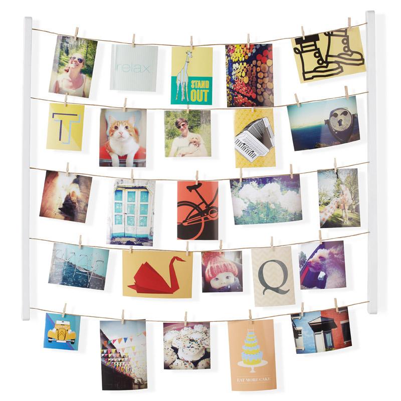 Для натур творческих пары рамочек для фото недостаточно. Мы понимаем и поддерживаем ваш размах - фотографий должно быть много. Снимки  из путешествий, с семейных посиделок, дружеские фото - пусть все это красиво оформляет стену вашего дома и дарит радость и вдохновение. В  держателе 5 нитей, на которые вы можете крепить фотографии вертикально или горизонтально - открытки, письма, засушенные цветы и многое  другое. В комплекте 40 прищепок, которые помогут в создании индивидуальной композиции (их можно покрасить или декорировать наклейками).  Композицию легко менять под настроение. Размеры: 66 х 74,9 х 3,8
