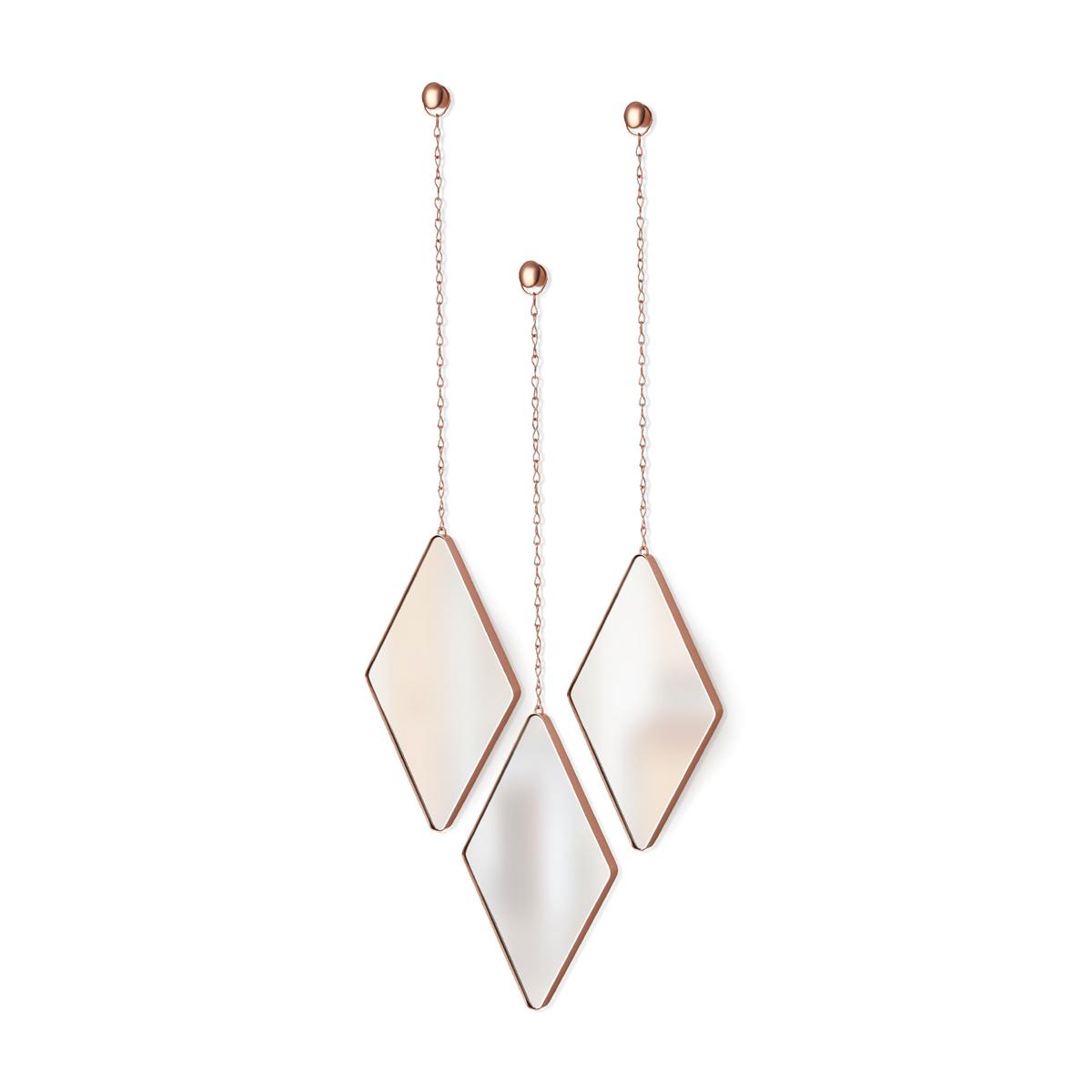 """Интерьерное зеркало Umbra """"Dima"""" – комплект из трех ромбовидных зеркал в медном цвете. Зеркала в металлических рамах с подвесом на  металлических цепочках. Крепятся к стене при помощи шурупов и дюбелей, которые закрываются декоративными металлическими  заглушками. Крепления входят в комплект.  Размер каждого зеркала: 28,7 х 17,7 х 1,6 см. Длина цепочки: 38 см."""