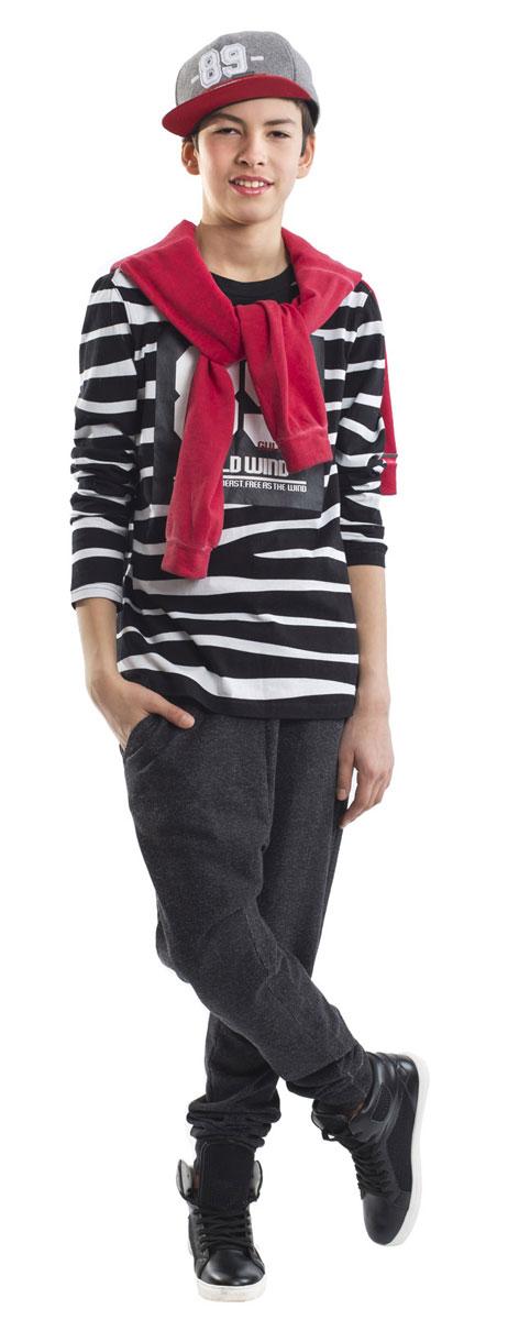 Футболка с длинным рукавом для мальчика Gulliver, цвет: белый, черный. 21612BTC1203. Размер 14621612BTC1203Футболки с длинным рукавом - основа повседневного гардероба!Удобная и красивая, стильная трикотажная футболка в неравномерную динамичную полоску способна добавить образу изюминку, а также подарить комфорт и свободу движений. Если вы хотите приобрести модную и удобную вещь на каждый день, вам стоит купить классную футболку в полоску. Крупный принт добавляет модели изюминку. Мягкий хлопок обеспечивает прекрасный внешний вид и комфорт в повседневной носке.