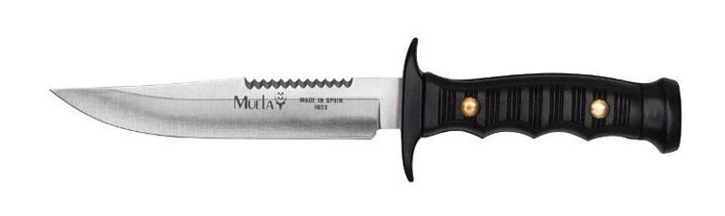 Нож-пила Muela Лось, цвет: черный, длина клинка 12 см. U/7121RU/7121RДанная модель, выполнена с фиксированным клинком, что обеспечивает его прочность и надежность. Рукоять из специального пластика гарантированно не размокнет и не потрескается, отлично моется и что самое важное - не скользит (это обеспечено как свойствам пластика и специального ограничителя, так и фактурой рукояти). При этом конструктивная проработка эргономики обеспечивает прекрасный хват, а также отсутствие усталости ладони при длительной работе. Стоит отметить, что при изготовлении клинка используется марка стали 440А. Это высокоуглеродистая сталь, обладающая прекрасными прочностными характеристиками, благодаря высокому содержанию углерода, антикоррозионными свойствами из-за наличия в материале хрома, а также высокой твердостью, что обеспечивают специальные добавки из молибдена и ванадия. Тщательно разработанная форма клинка позволяет без труда наносить как колющие, так и режущие удары. Это был плод долгих консультаций конструкторов у специалистов в области охоты и вооружения. Нож достаточно компактен и удобен при ношении, но стоит заметить, на рукояти нет отверстия для веревки, чтобы повесить его на шею или фиксировать на руке. Поэтому к нему и прилагаются удобные ножны, которые с лихвой перекрывают отсутствия темляка. А сравнительно небольшой вес охотничьего ножа позволяет брать его с собой практически везде, не испытывая при этом особых неудобств.Лось занял первое место на шестой выставке Клинок в конкурсе туристических ножей, проходившем в декабре 2002 года. Охотничий нож «Лось» не является холодным оружием. Его можно свободно приобретать, носить с собой и хранить. При этом он имеет вполне доступную для обывателя цену. Испанские охотничьи ножи фирмы Muela давно известны специалистам всего мира своей яркой и узнаваемой внешностью. Оригинальные рукояти и формы клинков, внушительные размеры – все это отличительные черты изделий от компании Muela. Производитель с поразительной точностью сочетает в