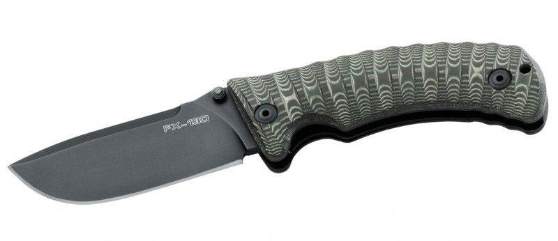 Нож складной Fox Pro-Hunter, цвет: зеленый, длина клинка 9,5 см. OF/FX-130MGTOF/FX-130MGTСерия ножей Fox Knives Military Division (фирма FOX, Италия) пополнилась замечательным экземпляром – складным универсальным ножом Pro-Hunter с рукоятью, удобно лежащей в руке, материалом для изготовления которой послужила микарта — термоустойчивый полимер, обладающий высокой прочностью и надежностью. Клинок прибора изготовлен из стали Cobalt vanadium stainless steel N690. Это молодая марка стали, и после закаливания она обретает твердость 58-60 HRC, что на целых десять пунктов превышает твердость клинков предыдущего поколения. За счет кобальта, содержащегося в сплаве, лезвие Pro-Hunter в меру упругое и обладает высокой проникающей способностью, что играет огромную роль, если речь идет о тактических и военных ножах.Лезвие имеет две режущие кромки, причем верхняя обладает меньшей высотой, а потому больше подходит для скользящих ударов. Вершина лезвия остро заточена, но, в силу того, что в сплаве содержится ванадий — легирующий элемент, придающий чрезвычайной прочности, — ни острие клинка, ни режущие кромки не будут ломаться или крошиться, сохраняя остроту. Превосходный рез, беспроблемное восстановление остроты при затуплении и повышенная устойчивость к ржавчине – все это характеризует марку с лучшей стороны. Удобство держания рукояти в руке было достигнуто за счет придания ей особой формы и наличия выемки под указательный палец. Также, рукоятка в поперечном сечении имеет слегка овальную форму, что способствует более удобному размещению ладони и предотвращает отекание мышц. Кроме того, на рукоятке имеются вертикальные бороздки, способствующие удалению влаги из зоны контакта ладони и рукояти: влага попросту стекает вниз. Рукоятка, изготовленная из микарты, усеяна рифлениями, которые, во-первых, повышают давление мышц кисти на рукоять, а во-вторых, сильно увеличивают трение. Все это позволяет избежать проскальзываний ножа во время эксплуатации.Отличительной особенностью данного ножа 