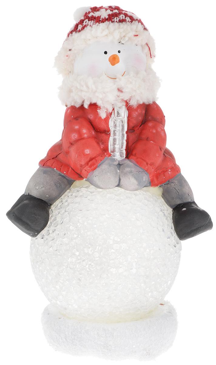 Фигурка декоративная House & Holder Снеговик, с подсветкой, высота 19 смDP-A32-42157Фигурка декоративная House & Holder Снеговик, выполненная из керамики, станет оригинальным подарком для всех любителей необычных вещей. Изделие подсвечивается с помощью батареек (входят в комплект).В комплект входит две батарейки.Высота фигурки: 19 см.Диаметр шара: 8 см.