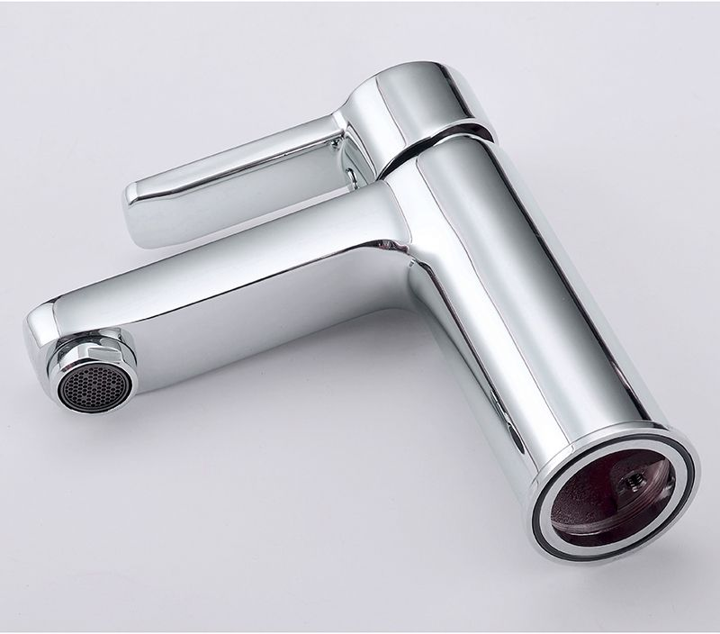 """Смеситель для умывальника Iddis """"Sena"""" изготовлен из высококачественной первичной латуни, прочной, безопасной и стойкой к коррозии. Инновационные технологии литья и обработки латуни, а также увеличенная толщина стенок смесителя обеспечивают его стойкость к перепадам давления и температур. Увеличенное никель-хромовое покрытие полностью соответствует европейским стандартам качества, обеспечивает его стойкость и зеркальный блеск в течение всего срока службы изделия. Благодаря гладкой внутренней поверхности смесителя, рассекателям в водозапорных механизмах и аэратору он имеет минимальный уровень шума.Картридж Softap обеспечивает особую плавность хода ручки смесителя - для точной регулировки температуры и напора воды.Специальная подвижная сетка аэратора позволяет направить поток под нужным углом одним движением пальца. Встроенный ограничитель потока оптимизирует расход воды без потери комфорта при использовании. В комплекте: гибкая подводка (35 см), крепеж.Гарантия на смесители Iddis - 10 лет."""