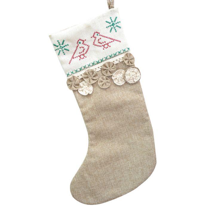 Мешок для подарков Winter Wings Носок. Кантри, длина 47 смN02338Новогодний мешочек Winter Wings Носок. Кантри сделан из полиэстера и декорирован аппликацией. Этот праздничный аксессуар предназначен специально для новогодних и рождественских подарков. С помощью петельки его можно подвесить в любом удобном месте. Традиция класть подарки в новогодние чулки (в Европе эти же чулки называются рождественскими) появилась в России относительно недавно, но ужепользуется популярностью. Чулки, как и другие новогодние украшения, создают в доме атмосферу тепла и уюта, сближая всю семью. Особенно эта традициянравится детям. Да и взрослому будет не менее интересно получить подарок в таком оригинальном оформлении.