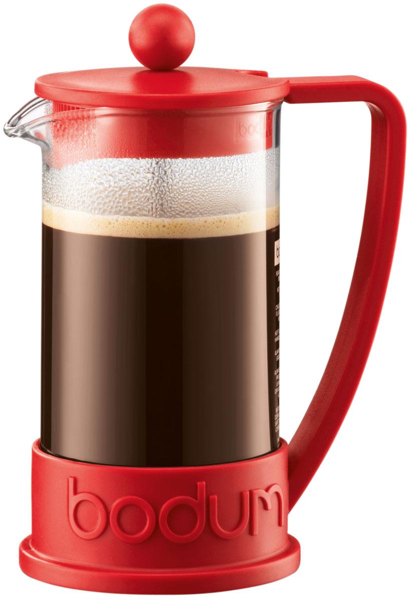"""Кофейник Bodum """"Brazil"""" изготовлен из высококачественного стекла и оснащен фильтром """"french press"""" из  нержавеющей стали, который позволяет легко и просто приготовить отличный напиток. Кофейник оснащен  удобной пластиковой ручкой, что исключает его выскальзывание из руки и помещен в оправу из пластика,  которая эффективно защищает стекло.       Настоящим ценителям натурального кофе широко известны основные и наиболее часто применяемые способы  его приготовления: эспрессо, по-турецки, гейзерный. Однако существует принципиально иной способ,  известный как """"french press"""", благодаря которому приготовление ароматного напитка стало гораздо проще."""