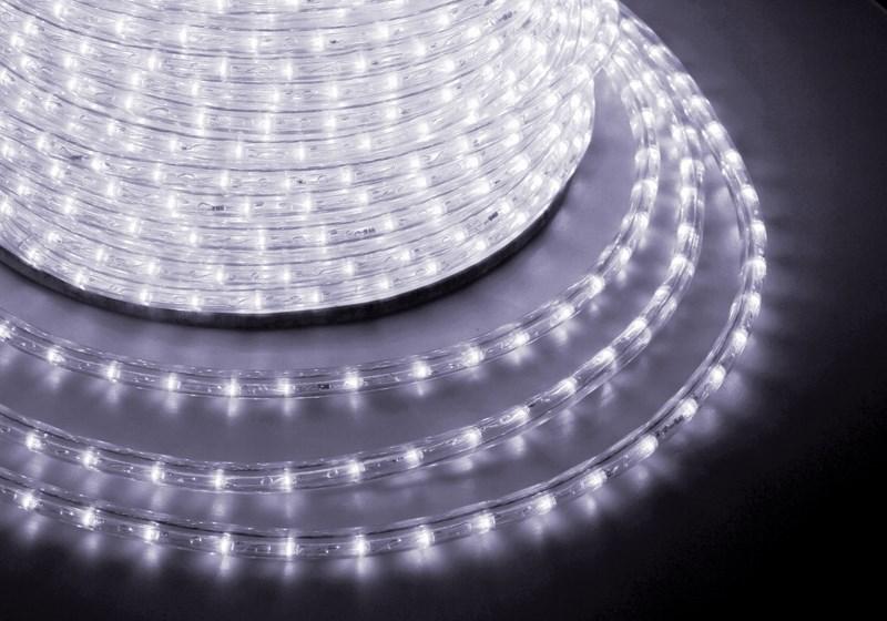 Дюралайт светодиодный Neon-Night, постоянное свечение, 2W, диаметр 13 мм, цвет: белый, бухта 100 м121-125Дюралайт-гибкий световой шнур выполненный из ПВХ трубки с токопроводящими жилами и светодиодами внутри. Используется для декоративной и архитектурной подсветки объектов. Шнур с 2-мя проводами внутри называется фиксинг, такой дюралайт используется в режиме постоянного свечения. Дюралайт с 3-мя и более жилами питания называется чейзинг, светодиоды в чейзинге подключены поочередно к разным жилам, при использовании контроллера это позволяет создавать эффект бегущей волны из поочередно загорающихся светодиодов(режим свечения с динамикой). Дюралайт поставляется в бухтах длинами до 100м, в зависимости от модификации дюралайта модуль резки может составлять от 1 до 6 метров, следуя несложной инструкции потребитель легко может отрезать и подключить отрезок дюралайта нужной ему длины. Каждая бухта уже укомплектована 1 шнуром для подключения, максимальная подключаемая длина 100м. дополнительные шнуры можно приобрести отдельно.Температурный диапазон использования от -40 до +50 С, монтаж при температуре выше 0 градусов. Дополнительно предлагаются контроллеры для дюралайта фиксинг и чейзинг мощностью от 24 до 340 Вт, что позволяет подключить в одну цепь до 140 метров.
