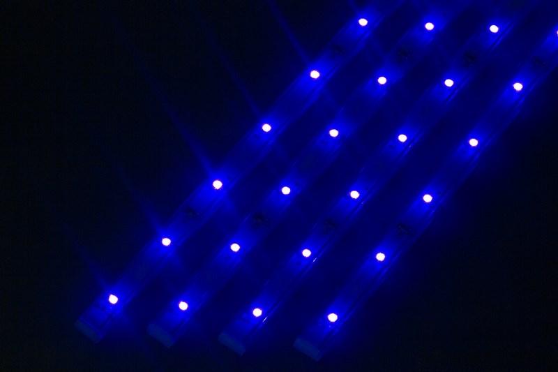 Светодиодный светильник Neon-Night, линейный, 4 шт х 25 см, цвет: синий145-103Линейный светодиодный светильник Neon-Night - это светодиодная линейка длиной 25 см, заключенная в корпус из прозрачного пластика. Онимогут использоваться в подсветке витрин, мебели, а так же в интерьерной подсветке. Простота монтажа поможет без проблем справиться свопросом освещения необходимых зон. Блок питания, понижающий напряжение до 12 В, делает устройство безопасным в использовании.Использование светодиодных светильников является выгодным решением, так как они обладают высокой яркостью свечения, большим срокомслужбы и вместе с этим низким энергопотреблением. Поставляется по 4 штуки в комплекте с блокомпитания.