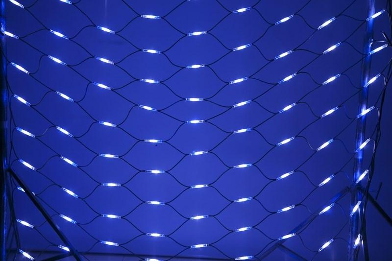 Гирлянда Neon-Night Сеть, 288 LED, каучуковый провод, цвет: черный, белый, синий, 2 x 1,5 м217-113Гирлянда-сеть представляет из себя конструкцию ввиде прямоугольника размером 2*1,5 метра, разбитого на равные ромбы, в углах которых находяться два диода белого и синего цвета, соединеных и расположеных по направлению друг к другу. Гирлянда имеет степень влагозащиты IP54 и каучуковый провод черного цвета, что позволит вам быстро и выгодно решить вопрос с декоративным украшением любых объектов как внутри помещения, так и снаружи. В комплект входит установочный набор для подключения гирлянды к сети. Особенностью этого типа гирлянд является то, что их можно соединять между собой и/или к ней можно также подключить контроллеры арт. 217-201 или 217-202 которые позволят гирлянде работать в динамике. Данная гирлянда используется для украшения фасадов и потолков зданий практически любой площади, отлично подходит для украшения небольших кустов, растяжки между направляющими в беседке или веранде, ей можно легко и быстро обмотать колонны или столбы, служит красивым декором окон зданий. Гирлянда-сеть имеет самое лучшее отношение цены к площади декорирования относительно других гирлянд, что делает ее уникальной в своем роде.
