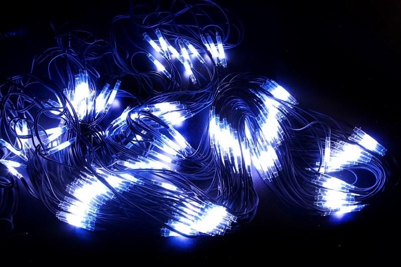 Гирлянда Neon-Night Сеть, 560 LED, каучуковый провод, цвет: черный, белый, синий, 2 x 4 м217-133Гирлянда-сеть представляет из себя конструкцию в виде прямоугольника размером 2*4 метра, разбитого на равные ромбы, в углах которых находиться два диода белого и синего цвета, соединённых и расположенных по направлению друг к другу. Гирлянда имеет степень влагозащиты IP54 и каучуковый провод черного цвета, что позволит вам быстро и выгодно решить вопрос с декоративным украшением любых объектов как внутри помещения, так и снаружи. В комплект входит установочный набор для подключения гирлянды к сети. Особенностью этого типа гирлянд является то, что их можно соединять между собой и/или к ней можно также подключить контроллеры арт. 217-201 или 217-202 которые позволят гирлянде работать в динамике. Данная гирлянда используется для украшения фасадов и потолков зданий практически любой площади, отлично подходит для украшения небольших кустов, растяжки между направляющими в беседке или веранде, ей можно легко и быстро обмотать колонны или столбы, служит красивым декором окон зданий. Гирлянда-сеть имеет самое лучшее отношение цены к площади декорирования относительно других гирлянд, что делает ее уникальной в своем роде.