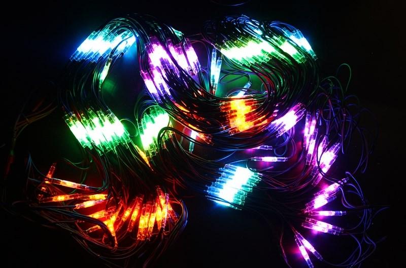 Гирлянда Neon-Night Сеть, 560 LED, каучуковый провод, цвет: черный, мульти, 2 x 4 м217-139Гирлянда-сеть представляет из себя конструкцию ввиде прямоугольника размером 2*4 метра, разбитого на равные ромбы, в углах которых находяться два диода красного и желтого цвета и два диода зеленого и синего цвета, соединеных и расположеных по направлению друг к другу. Гирлянда имеет степень влагозащиты IP54 и каучуковый провод черного цвета, что позволит вам быстро и выгодно решить вопрос с декоративным украшением любых объектов как внутри помещения, так и снаружи. В комплект входит установочный набор для подключения гирлянды к сети. Особенностью этого типа гирлянд является то, что их можно соединять между собой и/или к ней можно также подключить контроллеры арт. 217-201 или 217-202 которые позволят гирлянде работать в динамике. Данная гирлянда используется для украшения фасадов и потолков зданий практически любой площади, отлично подходит для украшения небольших кустов, растяжки между направляющими в беседке или веранде, ей можно легко и быстро обмотать колонны или столбы, служит красивым декором окон зданий. Гирлянда-сеть имеет самое лучшее отношение цены к площади декорирования относительно других гирлянд, что делает ее уникальной в своем роде.
