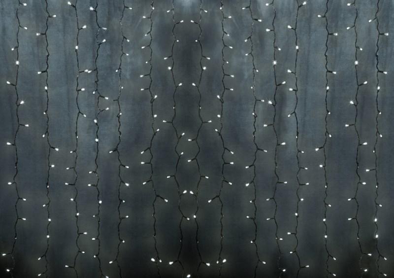 Гирлянда Neon-Night Светодиодный Дождь, постоянное свечение, 448 LED, цвет: прозрачный, мульти, 2 х 3 м235-159-6Гирлянда Светодиодный Дождь представляет собой гибкий горизонтальный шнур-шину (2м), к которому через определенные промежутки крепятся вертикальные нити (20 шт.) со светодиодными лампами, которые отличаются от «Бахромы» тем, что имеют одинаковую, достаточно значительную длину, часто превышающую протяженность шины. На концах каждой шины есть разъем и штепсель, которые предназначены для последовательного соединения нескольких световых дождей в большой занавес ПЛЕЙ-ЛАЙТ. Используя занавес, можно не только создавать красивые световые занавесы или оформлять различные плоскости, например, фасады домов, окна и т.д., но и украшать объемные объекты. Гирлянду, работающую в непрерывном свечении, называют фиксинг, а использующую режим светодинамики – чейзинг. Светодинамические эффекты становятся доступными только при подключении гирлянды к сети через специальный контроллер. Данная гирлянда имеет эффект свечения с переменой цвета.Сегодня в гирляндах источником света служат светодиоды, которые пришли на смену применявшимся ранее лампам накаливания. С полупроводниковыми источниками гирлянда стала более надежной, потребляет меньше энергии, обрела более насыщенное сияние. Данная гирлянда имеет цвет свечения светодиодов мультиколор.
