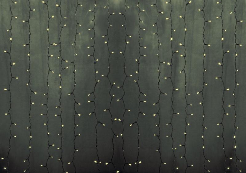 Гирлянда Neon-Night Светодиодный Дождь, постоянное свечение, цвет: прозрачный, теплый белый, 2 х 9 м235-196Гирлянда Светодиодный Дождь представляет собой гибкий горизонтальный шнур-шину (2м), к которому через определенные промежутки крепятся вертикальные нити (20 шт.) со светодиодными лампами, которые отличаются от «Бахромы» тем, что имеют одинаковую, достаточно значительную длину, часто превышающую протяженность шины. На концах каждой шины есть разъем и штепсель, которые предназначены для последовательного соединения нескольких световых дождей в большой занавес ПЛЕЙ-ЛАЙТ. Используя занавес, можно не только создавать красивые световые занавесы или оформлять различные плоскости, например, фасады домов, окна и т.д., но и украшать объемные объекты. Гирлянду, работающую в непрерывном свечении, называют фиксинг, а использующую режим светодинамики – чейзинг. Светодинамические эффекты становятся доступными только при подключении гирлянды к сети через специальный контроллер.Сегодня в гирляндах источником света служат светодиоды, которые пришли на смену применявшимся ранее лампам накаливания. С полупроводниковыми источниками гирлянда стала более надежной, потребляет меньше энергии, обрела более насыщенное сияние. Данная гирлянда имеет теплый белый цвет свечения светодиодов.