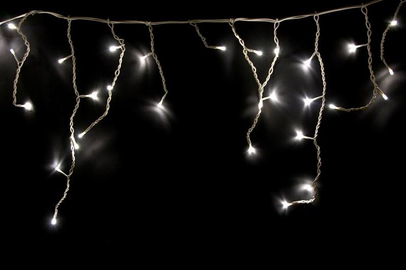 Гирлянда Neon-Nigh Айсикл, светодиодная бахрома, цвет: белый, теплый белый, 1,8 х 0,5 м255-026Гирлянда Айсикл плей-лайт - это световой дождь с нитями разной длины. Она имитирует сосульки и может послужить эффектным и оригинальным решением при декорировании карнизов домов, оконных проемов, арок и других элементов как фасадов здания, так и интерьеров внуренних помещений. Благодаря использованию в гирлянде светодиодов ее отличительной особенностью является изрядная яркость и низкое энергопотребление. Цвет свечения теплый белый. Цвет провода белый. Степень влагозащиты позволяет использование на улице. При длине 1,8 метра гибкая направляющая имеет 18 нитей длиной от 10 до 50 см.