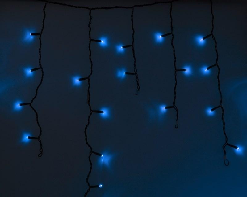 Гирлянда Neon-Nigh Айсикл, светодиодная бахрома, цвет: черный, синий, 2,4 х 0,6 м255-031Гирлянда Айсикл плей-лайт - это световой дождь с нитями разной длины. Она имитирует сосульки и может послужить эффектным и оригинальным решением при декорировании карнизов домов, оконных проемов, арок и других элементов как фасадов здания, так и интерьеров внуренних помещений. Благодаря использованию в гирлянде светодиодов ее отличительной особенностью является изрядная яркость и низкое энергопотребление. Цвет свечения синий. Цвет провода черный. Степень влагозащиты позволяет использование на улице. При длине 2,4 метра гибкая направляющая имеет 24 нити длиной от 20 до 60 см.