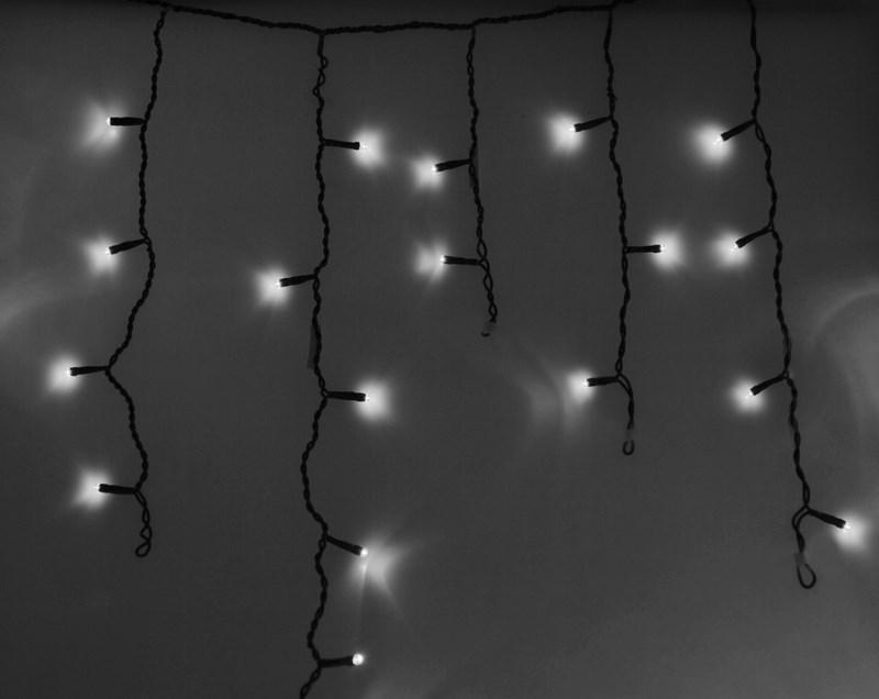 Гирлянда Neon-Nigh Айсикл, светодиодная бахрома, цвет: черный, белый, 2,4 х 0,6 м255-032Гирлянда Айсикл плей-лайт - это световой дождь с нитями разной длины. Она имитирует сосульки и может послужить эффектным и оригинальным решением при декорировании карнизов домов, оконных проемов, арок и других элементов как фасадов здания, так и интерьеров внуренних помещений. Благодаря использованию в гирлянде светодиодов ее отличительной особенностью является изрядная яркость и низкое энергопотребление. Цвет свечения белый. Цвет провода черный. Степень влагозащиты позволяет использование на улице. При длине 2,4 метра гибкая направляющая имеет 24 нити длиной от 20 до 60 см.