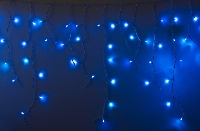 Гирлянда Neon-Nigh Айсикл, светодиодная бахрома, 24 нити, цвет: белый, синий, 2,4 х 0,6 м255-033-6Гирлянда Айсикл плей-лайт - это световой дождь с нитями разной длины. Она имитирует сосульки и может послужить эффектным и оригинальным решением при декорировании карнизов домов, оконных проемов, арок и других элементов как фасадов здания, так и интерьеров внутренних помещений. Благодаря использованию в гирлянде светодиодов ее отличительной особенностью является изрядная яркость и низкое энергопотребление. Цвет свечения синий. Цвет провода белый. Степень влагозащиты позволяет использование на улице даже. При длине 2,4 метра гибкая направляющая имеет 24 нити длиной от 10 до 60 см.