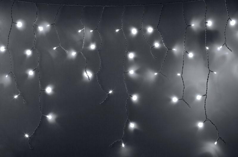 Гирлянда Neon-Nigh Айсикл, светодиодная бахрома, 24 нити, цвет: белый, 2,4 х 0,6 м255-034-6Гирлянда Айсикл плей-лайт - это световой дождь с нитями разной длины. Она имитирует сосульки и может послужить эффектным и оригинальным решением при декорировании карнизов домов, оконных проемов, арок и других элементов как фасадов здания, так и интерьеров внуренних помещений. Благодаря использованию в гирлянде светодиодов ее отличительной особенностью является изрядная яркость и низкое энергопотребление. Цвет свечения белый. Цвет провода белый. Степень влагозащиты позволяет использование на улице даже. При длине 2,4 метра гибкая направляющая имеет 24 нити длиной от 10 до 60 см.