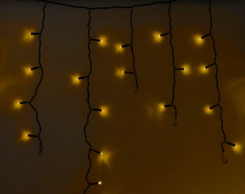 Гирлянда Neon-Nigh Айсикл, светодиодная бахрома, цвет: черный, желтый, 4,8 х 0,6 м255-131Гирлянда Айсикл плей-лайт - это световой дождь с нитями разной длины. Она имитирует сосульки и может послужить эффектным и оригинальным решением при декорировании карнизов домов, оконных проемов, арок и других элементов как фасадов здания, так и интерьеров внуренних помещений. Благодаря использованию в гирлянде светодиодов ее отличительной особенностью является изрядная яркость и низкое энергопотребление. Цвет свечения желтый. Цвет провода темно-зеленый. Степень влагозащиты позволяет использование на улице. При длине 4,8 метра гибкая направляющая имеет 48 нитей длиной от 20 до 60 см.