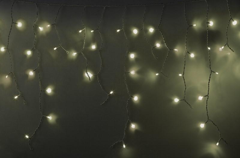 Гирлянда Neon-Nigh Айсикл, светодиодная бахрома с эффектом мерцания, каучуковый провод, цвет: белый, теплый белый, 5,6 х 0,9 м255-266Гирлянда Айсикл плей-лайт Flashing - это световой дождь с нитями разной длины и эффектом мерцания. Она имитирует сосульки с бликами капель на них и может послужить эффектным и оригинальным решением при декорировании карнизов домов, оконных проемов, арок и других элементов как фасадов здания, так и интерьеров внуренних помещений. Благодаря использованию в гирлянде светодиодов ее отличительной особенностью является изрядная яркость и низкое энергопотребление. Цвет свечения тепло-белый. Цвет провода белый. Гирлянда Айсикл плей-лайт Flashing выполнена с эффектом мерцания при котором каждый пятый диод мигает белым цветом. Степень влагозащиты позволяет использование на улице даже при суровых погодных условиях. При длине 5,6 метра гибкая направляющая имеет 48 нитей длиной от 20 до 90 см.