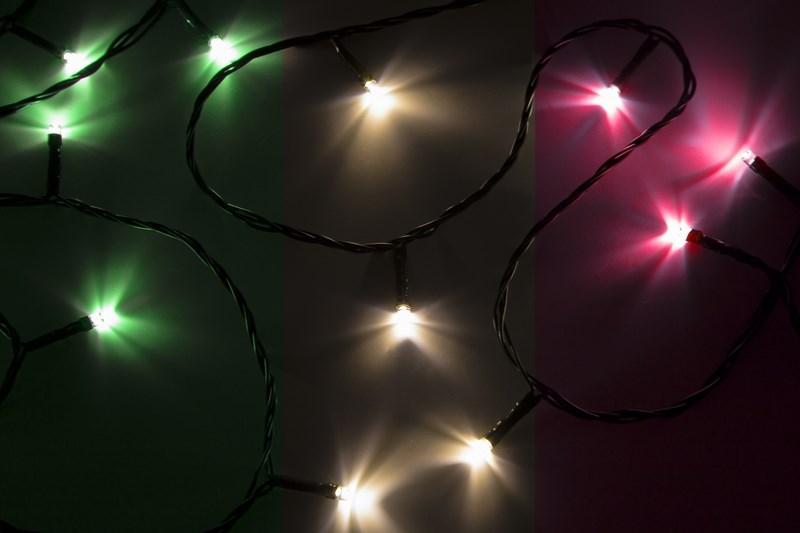 Гирлянда Neon-Night Твинкл Лайт, светодиодная, 25 LED, цвет: темно-зеленый, мульти, 4 м303-019Гирлянду «Твинкл лайт» представляет собой общий провод с последовательно расположенными коротенькими отводами, направленными в разные стороны. На концах этих «отростков» расположены яркие светодиоды. Гирлянду «Твинкл лайт» создали в расчете на использование в качестве елочного украшения, в ее семейство входят самые разные гирлянды. Они различаются длиной, цветом и количеством светодиодов. Уличные гирлянды «Твинкл лайт» выпускаются длиной от 6 до 20 метров. Они прекрасно защищены от влаги, что делает их очень практичными. Гирлянды для домашнего использования выпускаются меньшей длины. Светодиодные гирлянды имеют бесспорное преимущество перед ламповыми. Ресурс светодиодов составляет 30 000 ч. Благодаря малому энергопотреблению, рекордному ресурсу, высокой яркости, разнообразию и насыщенности цветов свечения они стали весьма привлекательным для потребителей. «Твинкл лайт» используют в качестве елочной гирлянды для украшения как уличных, так и домашних елей. Также гирлянда широко применяется для оформления различных витрин, окон, колонн, элементов интерьера и разнообразных экспозиций.Данная гирлянда имеет длину 4 м, цвет свечения светодиодов мультиколор.