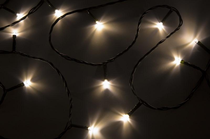 Гирлянда Neon-Night Твинкл Лайт, светодиодная, 40 LED, цвет: темно-зеленый, теплый белый, 6 м303-026Гирлянду «Твинкл лайт» представляет собой общий провод с последовательно расположенными коротенькими отводами, направленными в разные стороны. На концах этих «отростков» расположены яркие светодиоды. Гирлянду «Твинкл лайт» создали в расчете на использование в качестве елочного украшения, в ее семейство входят самые разные гирлянды. Они различаются длиной, цветом и количеством светодиодов. Уличные гирлянды «Твинкл лайт» выпускаются длиной от 6 до 20 метров. Они прекрасно защищены от влаги, что делает их очень практичными. Гирлянды для домашнего использования выпускаются меньшей длины. Светодиодные гирлянды имеют бесспорное преимущество перед ламповыми. Ресурс светодиодов составляет 30 000 ч. Благодаря малому энергопотреблению, рекордному ресурсу, высокой яркости, разнообразию и насыщенности цветов свечения они стали весьма привлекательным для потребителей. «Твинкл лайт» используют в качестве елочной гирлянды для украшения как уличных, так и домашних елей. Также гирлянда широко применяется для оформления различных витрин, окон, колонн, элементов интерьера и разнообразных экспозиций.Данная гирлянда имеет длину 6 м, теплый белый цвет свечения светодиодов.