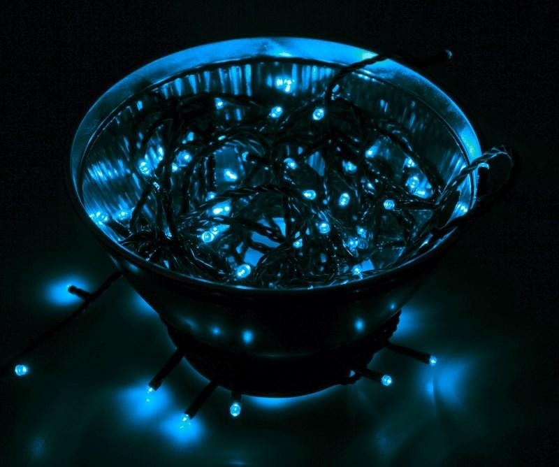 Гирлянда Neon-Night Твинкл Лайт, светодиодная, 100 LED, цвет: черный, синий, 10 м303-133Гирлянду «Твинкл лайт» представляет собой общий провод с последовательно расположенными коротенькими отводами, направленными в разные стороны. На концах этих «отростков» расположены яркие светодиоды. Для создания праздничной светодинамики в общий провод встроен многопрограммный контроллер, который позволяет управлять 8 режимами свечения. Гирлянду «Твинкл лайт» создали в расчете на использование в качестве елочного украшения, в ее семейство входят самые разные гирлянды. Они различаются длиной, цветом и количеством светодиодов. Уличные гирлянды «Твинкл лайт» выпускаются длиной от 6 до 20 метров. Они прекрасно защищены от влаги, что делает их очень практичными. Светодиодные гирлянды имеют бесспорное преимущество перед ламповыми. Ресурс светодиодов составляет 100 000 ч. Благодаря малому энергопотреблению, рекордному ресурсу, высокой яркости, разнообразию и насыщенности цветов свечения они стали весьма привлекательным для потребителей. «Твинкл лайт» используют в качестве елочной гирлянды для украшения как уличных, так и домашних елей. Также гирлянда широко применяется для оформления различных витрин, окон, колонн, элементов интерьера и разнообразных экспозиций.Данная гирлянда имеет длину 10 м, синий цвет свечения светодиодов.