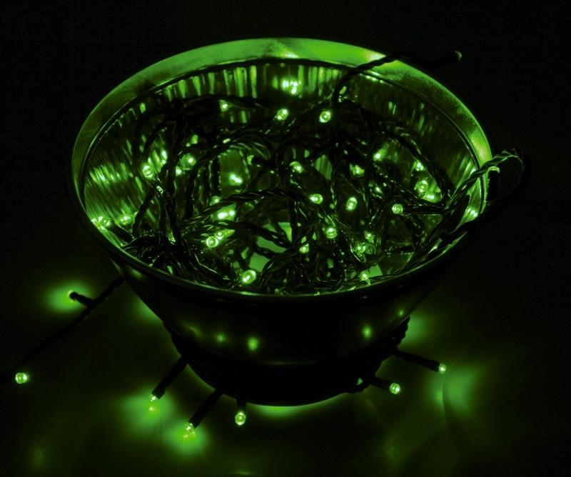 Гирлянда Neon-Night Твинкл Лайт, светодиодная, 100 LED, цвет: черный, зеленый, 10 м303-137Гирлянду «Твинкл лайт» представляет собой общий провод с последовательно расположенными коротенькими отводами, направленными в разные стороны. На концах этих «отростков» расположены яркие светодиоды. Для создания праздничной светодинамики в общий провод встроен многопрограммный контроллер, который позволяет управлять 8 режимами свечения. Гирлянду «Твинкл лайт» создали в расчете на использование в качестве елочного украшения, в ее семейство входят самые разные гирлянды. Они различаются длиной, цветом и количеством светодиодов. Уличные гирлянды «Твинкл лайт» выпускаются длиной от 6 до 20 метров. Они прекрасно защищены от влаги, что делает их очень практичными. Светодиодные гирлянды имеют бесспорное преимущество перед ламповыми. Ресурс светодиодов составляет 100 000 ч. Благодаря малому энергопотреблению, рекордному ресурсу, высокой яркости, разнообразию и насыщенности цветов свечения они стали весьма привлекательным для потребителей. «Твинкл лайт» используют в качестве елочной гирлянды для украшения как уличных, так и домашних елей. Также гирлянда широко применяется для оформления различных витрин, окон, колонн, элементов интерьера и разнообразных экспозиций.Данная гирлянда имеет длину 10 м, зеленый цвет свечения светодиодов.