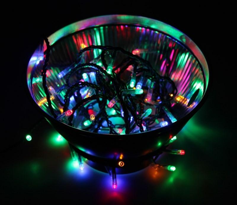 Гирлянда Neon-Night Твинкл Лайт, светодиодная, 100 LED, цвет: черный, мульти, 10 м303-139Гирлянду «Твинкл лайт» представляет собой общий провод с последовательно расположенными коротенькими отводами, направленными в разные стороны. На концах этих «отростков» расположены яркие светодиоды. Для создания праздничной светодинамики в общий провод встроен многопрограммный контроллер, который позволяет управлять 8 режимами свечения. Гирлянду «Твинкл лайт» создали в расчете на использование в качестве елочного украшения, в ее семейство входят самые разные гирлянды. Они различаются длиной, цветом и количеством светодиодов. Уличные гирлянды «Твинкл лайт» выпускаются длиной от 6 до 20 метров. Они прекрасно защищены от влаги, что делает их очень практичными. Светодиодные гирлянды имеют бесспорное преимущество перед ламповыми. Ресурс светодиодов составляет 100 000 ч. Благодаря малому энергопотреблению, рекордному ресурсу, высокой яркости, разнообразию и насыщенности цветов свечения они стали весьма привлекательным для потребителей. «Твинкл лайт» используют в качестве елочной гирлянды для украшения как уличных, так и домашних елей. Также гирлянда широко применяется для оформления различных витрин, окон, колонн, элементов интерьера и разнообразных экспозиций.Данная гирлянда имеет длину 10 м, цвет свечения светодиодов мультиколор.