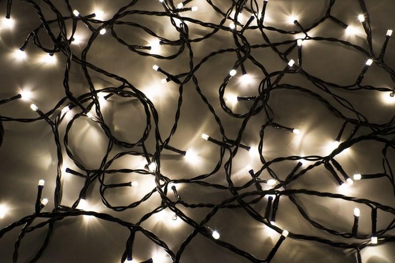 Гирлянда Neon-Night Твинкл Лайт, светодиодная, 100 LED, цвет: черный, теплый белый, мульти, 10 м303-156Гирлянду «Твинкл лайт» представляет собой общий провод с последовательно расположенными коротенькими отводами, направленными в разные стороны. На концах этих «отростков» расположены яркие светодиоды. Для создания праздничной светодинамики в общий провод встроен многопрограммный контроллер, который позволяет управлять 8 режимами свечения. Гирлянду «Твинкл лайт» создали в расчете на использование в качестве елочного украшения, в ее семейство входят самые разные гирлянды. Они различаются длиной, цветом и количеством светодиодов. Уличные гирлянды «Твинкл лайт» выпускаются длиной от 6 до 20 метров. Они прекрасно защищены от влаги, что делает их очень практичными. Светодиодные гирлянды имеют бесспорное преимущество перед ламповыми. Ресурс светодиодов составляет 100 000 ч. Благодаря малому энергопотреблению, рекордному ресурсу, высокой яркости, разнообразию и насыщенности цветов свечения они стали весьма привлекательным для потребителей. «Твинкл лайт» используют в качестве елочной гирлянды для украшения как уличных