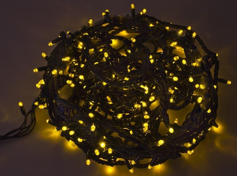 Гирлянда Neon-Night Твинкл Лайт, светодиодная, каучуковый провод, 240 LED, цвет: черный, желтый, 20 м303-321Гирлянду «Твинкл лайт» представляет собой общий провод с последовательно расположенными коротенькими отводами, направленными в разные стороны. На концах этих «отростков» расположены яркие светодиоды. Для создания праздничной светодинамики в общий провод встроен многопрограммный контроллер, который позволяет управлять 8 режимами свечения. Гирлянду «Твинкл лайт» создали в расчете на использование в качестве елочного украшения, в ее семейство входят самые разные гирлянды. Они различаются длиной, цветом и количеством светодиодов. Уличные гирлянды «Твинкл лайт» выпускаются длиной от 6 до 20 метров. Они прекрасно защищены от влаги, что делает их очень практичными. Светодиодные гирлянды имеют бесспорное преимущество перед ламповыми. Ресурс светодиодов составляет 100 000 ч. Благодаря малому энергопотреблению, рекордному ресурсу, высокой яркости, разнообразию и насыщенности цветов свечения они стали весьма привлекательным для потребителей. «Твинкл лайт» используют в качестве елочной гирлянды для украшения как уличных, так и домашних елей. Также гирлянда широко применяется для оформления различных витрин, окон, колонн, элементов интерьера и разнообразных экспозиций.Данная гирлянда имеет длину 20 м, желтый цвет свечения светодиодов.