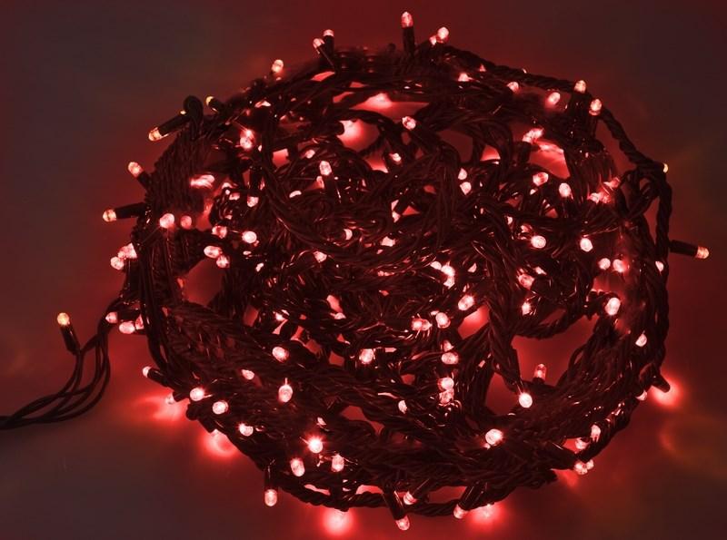 Гирлянда Neon-Night Твинкл Лайт, светодиодная, каучуковый провод, 240 LED, цвет: черный, красный, 20 м303-322Гирлянду «Твинкл лайт» представляет собой общий провод с последовательно расположенными коротенькими отводами, направленными в разные стороны. На концах этих «отростков» расположены яркие светодиоды. Для создания праздничной светодинамики в общий провод встроен многопрограммный контроллер, который позволяет управлять 8 режимами свечения. Гирлянду «Твинкл лайт» создали в расчете на использование в качестве елочного украшения, в ее семейство входят самые разные гирлянды. Они различаются длиной, цветом и количеством светодиодов. Уличные гирлянды «Твинкл лайт» выпускаются длиной от 6 до 20 метров. Они прекрасно защищены от влаги, что делает их очень практичными. Светодиодные гирлянды имеют бесспорное преимущество перед ламповыми. Ресурс светодиодов составляет 100 000 ч. Благодаря малому энергопотреблению, рекордному ресурсу, высокой яркости, разнообразию и насыщенности цветов свечения они стали весьма привлекательным для потребителей. «Твинкл лайт» используют в качестве елочной гирлянды для украшения как уличных, так и домашних елей. Также гирлянда широко применяется для оформления различных витрин, окон, колонн, элементов интерьера и разнообразных экспозиций.Данная гирлянда имеет длину 20 м, красный цвет свечения светодиодов.