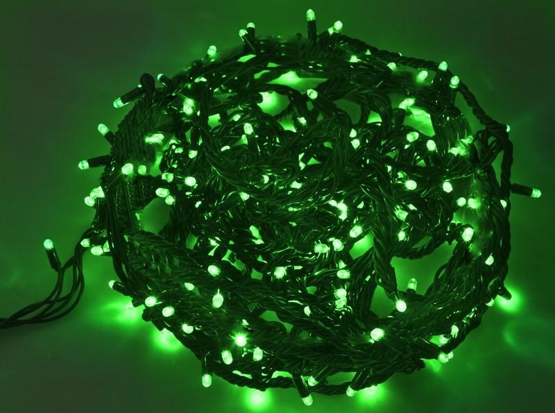 Гирлянда Neon-Night Твинкл Лайт, светодиодная, каучуковый провод, 240 LED, цвет: черный, зеленый, 20 м303-324Гирлянду «Твинкл лайт» представляет собой общий провод с последовательно расположенными коротенькими отводами, направленными в разные стороны. На концах этих «отростков» расположены яркие светодиоды. Для создания праздничной светодинамики в общий провод встроен многопрограммный контроллер, который позволяет управлять 8 режимами свечения. Гирлянду «Твинкл лайт» создали в расчете на использование в качестве елочного украшения, в ее семейство входят самые разные гирлянды. Они различаются длиной, цветом и количеством светодиодов. Уличные гирлянды «Твинкл лайт» выпускаются длиной от 6 до 20 метров. Они прекрасно защищены от влаги, что делает их очень практичными. Светодиодные гирлянды имеют бесспорное преимущество перед ламповыми. Ресурс светодиодов составляет 100 000 ч. Благодаря малому энергопотреблению, рекордному ресурсу, высокой яркости, разнообразию и насыщенности цветов свечения они стали весьма привлекательным для потребителей. «Твинкл лайт» используют в качестве елочной гирлянды для украшения как уличных, так и домашних елей. Также гирлянда широко применяется для оформления различных витрин, окон, колонн, элементов интерьера и разнообразных экспозиций.Данная гирлянда имеет длину 20 м, зеленый цвет свечения светодиодов.
