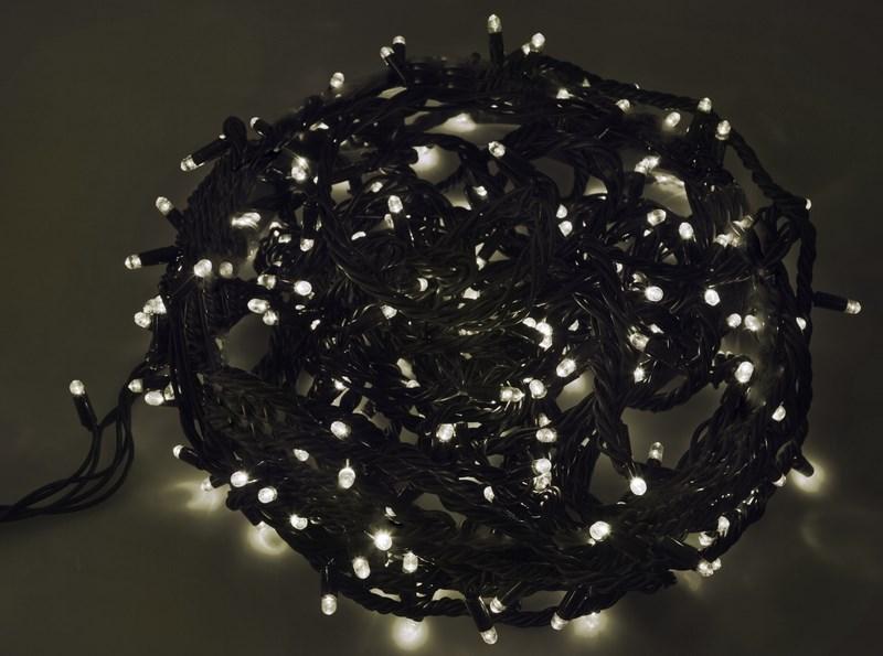 Гирлянда Neon-Night Твинкл Лайт, светодиодная, каучуковый провод, 240 LED, цвет: черный, белый, 20 м303-325Гирлянду «Твинкл лайт» представляет собой общий провод с последовательно расположенными коротенькими отводами, направленными в разные стороны. На концах этих «отростков» расположены яркие светодиоды. Для создания праздничной светодинамики в общий провод встроен многопрограммный контроллер, который позволяет управлять 8 режимами свечения. Гирлянду «Твинкл лайт» создали в расчете на использование в качестве елочного украшения, в ее семейство входят самые разные гирлянды. Они различаются длиной, цветом и количеством светодиодов. Уличные гирлянды «Твинкл лайт» выпускаются длиной от 6 до 20 метров. Они прекрасно защищены от влаги, что делает их очень практичными. Светодиодные гирлянды имеют бесспорное преимущество перед ламповыми. Ресурс светодиодов составляет 100 000 ч. Благодаря малому энергопотреблению, рекордному ресурсу, высокой яркости, разнообразию и насыщенности цветов свечения они стали весьма привлекательным для потребителей. «Твинкл лайт» используют в качестве елочной гирлянды для украшения как уличных, так и домашних елей. Также гирлянда широко применяется для оформления различных витрин, окон, колонн, элементов интерьера и разнообразных экспозиций.Данная гирлянда имеет длину 20 м, белый цвет свечения светодиодов.