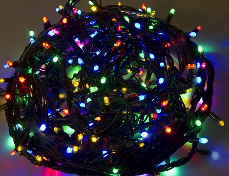 Гирлянда Neon-Night Твинкл Лайт, светодиодная, каучуковый провод, 240 LED, цвет: черный, мульти, 20 м303-329Гирлянду «Твинкл лайт» представляет собой общий провод с последовательно расположенными коротенькими отводами, направленными в разные стороны. На концах этих «отростков» расположены яркие светодиоды. Для создания праздничной светодинамики в общий провод встроен многопрограммный контроллер, который позволяет управлять 8 режимами свечения. Гирлянду «Твинкл лайт» создали в расчете на использование в качестве елочного украшения, в ее семейство входят самые разные гирлянды. Они различаются длиной, цветом и количеством светодиодов. Уличные гирлянды «Твинкл лайт» выпускаются длиной от 6 до 20 метров. Они прекрасно защищены от влаги, что делает их очень практичными. Светодиодные гирлянды имеют бесспорное преимущество перед ламповыми. Ресурс светодиодов составляет 100 000 ч. Благодаря малому энергопотреблению, рекордному ресурсу, высокой яркости, разнообразию и насыщенности цветов свечения они стали весьма привлекательным для потребителей. «Твинкл лайт» используют в качестве елочной гирлянды для украшения как уличных, так и домашних елей. Также гирлянда широко применяется для оформления различных витрин, окон, колонн, элементов интерьера и разнообразных экспозиций.Данная гирлянда имеет длину 20 м, цвет свечения светодиодов мультиколор.