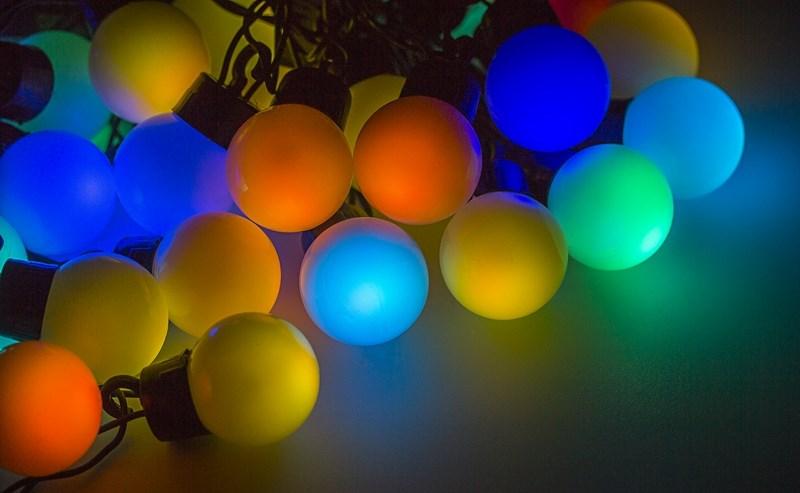 Гирлянда Neon-Night Шарики, светодиодная, 40 LED, диаметр 45 мм, 10 м303-579Гирлянда LED - шарики представляет собой электрический шнур, имеющий длину 10 или 20 м, на котором располагаются сверх яркие светодиодные лампы, изготовленные в виде шариков с диаметром 1,3-4,5см. Светодиоды по сравнению с миниатюрными лампами накаливания имеют целый ряд существенных преимуществ. Их отличает чистое и яркое свечение, огромный ресурс, прочность, незначительное потребление энергии, надежность. Гирлянда LED - шарики обладает эффектом смены цветов. Такая гирлянда позволяет получить неповторимые светодинамические картины, коренным образом отличающиеся от существующих сегодня типов световых эффектов.Гирлянда LED - шарики великолепно подходит для украшения витрин магазинов, помещений, больших интерьерных и уличных елок, превращая их в настоящие произведения искусства. Благодаря хорошей влагозащищенности гирлянду можно использовать как в помещении, так и на улице.Данная гирлянда имеет длину 10м. на которой равномерно расположены 40 шариков диаметром 45мм с цветом свечения RGB.