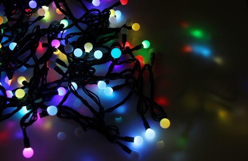 Гирлянда Neon-Night Шарики, светодиодная, 80 LED, диаметры 23 мм, 17,5 мм, 45 мм, 10 м303-589Гирлянда LED - шарики представляет собой электрический шнур, имеющий длину 10 или 20 м, на котором располагаются сверх яркие светодиодные лампы, изготовленные в виде шариков с диаметром 1,3-4,5см. Светодиоды по сравнению с миниатюрными лампами накаливания имеют целый ряд существенных преимуществ. Их отличает чистое и яркое свечение, огромный ресурс, прочность, незначительное потребление энергии, надежность. Гирлянда LED - шарики обладает эффектом смены цветов. Такая гирлянда позволяет получить неповторимые светодинамические картины, коренным образом отличающиеся от существующих сегодня типов световых эффектов.Гирлянда LED - шарики великолепно подходит для украшения витрин магазинов, помещений, больших интерьерных и уличных елок, превращая их в настоящие произведения искусства. Благодаря хорошей влагозащищенности гирлянду можно использовать как в помещении, так и на улице.Данная гирлянда имеет длину 10м. на которой равномерно расположены 80 шариков диаметром 45мм, 23мм, 17,5мм с цветом свечения RGB.