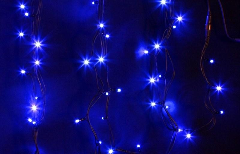 Гирлянда модульная Neon-Night Дюраплей, светодиодная, 200 LED, каучуковый провод, цвет: черный, синий, 20 м315-153Светодиодная гирлянду «Дюраплей Led» изготавливают в виде эластичного кабеля со встроенными светодиодами с шагом ламп 10 см. Предусмотрена возможность последовательного подключения. гирлянд. Максимальная длина гирлянды может достигать 300 м! Максимальное количество гирлянд подключаемых в одну цепь - 15.Эта ударопрочная и влагостойкая конструкция идеально подходит для применения на наружных объектах. Высокая степень современной влагозащиты дает возможность для использования гирлянды в сложных климатических условиях. Она нашла широкое применение при подсветке фасадов зданий, новогодних елок, ограждений, мостов, деревьев, арок, магазинов. Великолепно подходит для красочного оформления витрин.Отличительными чертами «Дюраплей Led» стали повышенная яркость излучаемого света, низкое энергопотребление и непревзойденная надежность.В данном комплекте 4 модуля по 5 м с цветом свечения светодиодов мультиколор.