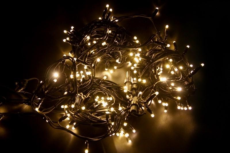 Гирлянда модульная Neon-Night Дюраплей, светодиодная, эффект мерцания, 200 LED, каучуковый провод, цвет: черный, теплый белый, 20 м315-166Светодиодная гирлянду «Дюраплей Led» изготавливают в виде эластичного кабеля со встроенными светодиодами с шагом ламп 10 см. Предусмотрена возможность последовательного подключения. гирлянд. Максимальная длина гирлянды может достигать 200 м! Максимальное количество гирлянд подключаемых в одну цепь - 15.Эта ударопрочная и влагостойкая конструкция идеально подходит для применения на наружных объектах. Высокая степень современной влагозащиты дает возможность для использования гирлянды в сложных климатических условиях. Она нашла широкое применение при подсветке фасадов зданий, новогодних елок, ограждений, мостов, деревьев, арок, магазинов. Великолепно подходит для красочного оформления витрин.Отличительными чертами «Дюраплей Led» стали повышенная яркость излучаемого света, низкое энергопотребление и непревзойденная надежность.В данной гирлянде мерцает кадый диод белым цветом свечения, длина 20 м.