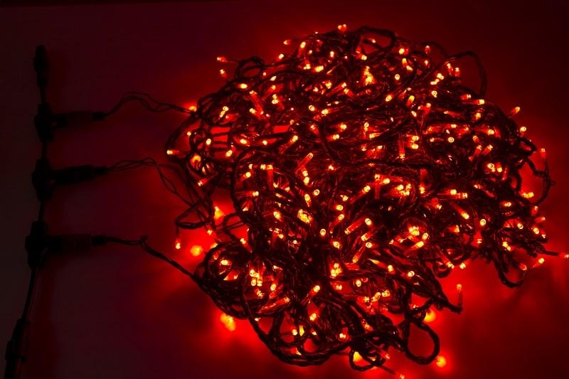 Гирлянда Neon-Night ClipLight, светодиодная, свечение с динамикой, 24V, цвет: красный, 3 нити х 20 м323-302Светодиодная гирлянда Клип лайт представляет собой провод, на котором последовательно расположены светодиоды. В готовых комплектах из 3-х или 5-ти нитей длиной 20 метров источники света располагаются на расстоянии 15 см друг от друга.Гирлянда Клип лайт специально разработана для украшения различных объектов вне помещений, поэтому она хорошо переносит даже достаточно серьезные перепады температур. С ее помощью легко украсить новогодние елки, кустарники, живые деревья. Готовые комплекты из 3-х или 5-ти нитей позволяют быстро украсить небольшие деревья.В качестве преимуществ гирлянды можно отметить следующие: более толстый и крепкий провод, хорошая влагозащищенность, высокое разнообразие цветовых решений. Также гирлянда почти не выделяет тепла, поэтому совершенно безопасна для деревьев и кустарников, а благодаря понижающему трансформатору, которым она укомплектована, гирлянда совершенно безопасна для людей!Данная гирлянда состоит из 3 нитей, представлена в красном цвете свечения светодиодов.