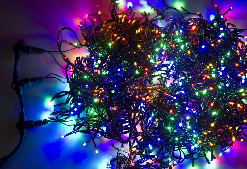 Гирлянда Neon-Night ClipLight, светодиодная, 24V, цвет: мульти, 3 нити х 10 м323-319Светодиодная гирлянда Клип лайт представляет собой провод, на котором последовательно расположены светодиоды. В готовых комплектах из 3-х или 5-ти нитей длиной 20 метров источники света располагаются на расстоянии 15 см друг от друга.Гирлянда Клип лайт специально разработана для украшения различных объектов вне помещений, поэтому она хорошо переносит даже достаточно серьезные перепады температур. С ее помощью легко украсить новогодние елки, кустарники, живые деревья. Готовые комплекты из 3-х или 5-ти нитей позволяют быстро украсить небольшие деревья.В качестве преимуществ гирлянды можно отметить следующие: более толстый и крепкий провод, хорошая влагозащищенность, высокое разнообразие цветовых решений. Также гирлянда почти не выделяет тепла, поэтому совершенно безопасна для деревьев и кустарников, а благодаря понижающему трансформатору, которым она укомплектована, гирлянда совершенно безопасна для людей!