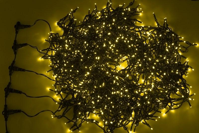Гирлянда Neon-Night ClipLight, светодиодная, 24V, цвет: желтый, 5 нитей х 20 м323-501Светодиодная гирлянда Клип лайт представляет собой провод, на котором последовательно расположены светодиоды. В готовых комплектах из 3-х или 5-ти нитей длиной 20 метров источники света располагаются на расстоянии 15 см друг от друга.Гирлянда Клип лайт специально разработана для украшения различных объектов вне помещений, поэтому она хорошо переносит даже достаточно серьезные перепады температур. С ее помощью легко украсить новогодние елки, кустарники, живые деревья. Готовые комплекты из 3-х или 5-ти нитей позволяют быстро украсить небольшие деревья.В качестве преимуществ гирлянды можно отметить следующие: более толстый и крепкий провод, хорошая влагозащищенность, высокое разнообразие цветовых решений. Также гирлянда почти не выделяет тепла, поэтому совершенно безопасна для деревьев и кустарников, а благодаря понижающему трансформатору, которым она укомплектована, гирлянда совершенно безопасна для людей!Данная гирлянда состоит из 5 нитей, представлена в желтом цвете свечения светодиодов.