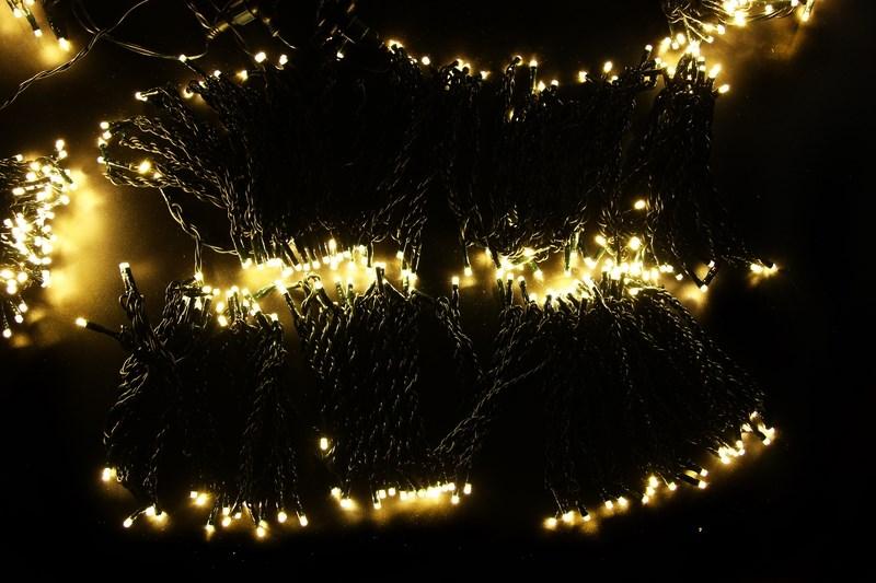 Гирлянда Neon-Night ClipLight, светодиодная, 24V, цвет: теплый белый, 5 нитей х 20 м323-506Светодиодная гирлянда Клип лайт представляет собой провод, на котором последовательно расположены светодиоды. В готовых комплектах из 3-х или 5-ти нитей длиной 20 метров источники света располагаются на расстоянии 15 см друг от друга.Гирлянда Клип лайт специально разработана для украшения различных объектов вне помещений, поэтому она хорошо переносит даже достаточно серьезные перепады температур. С ее помощью легко украсить новогодние елки, кустарники, живые деревья. Готовые комплекты из 3-х или 5-ти нитей позволяют быстро украсить небольшие деревья.В качестве преимуществ гирлянды можно отметить следующие: более толстый и крепкий провод, хорошая влагозащищенность, высокое разнообразие цветовых решений. Также гирлянда почти не выделяет тепла, поэтому совершенно безопасна для деревьев и кустарников, а благодаря понижающему трансформатору, которым она укомплектована, гирлянда совершенно безопасна для людей!Данная гирлянда состоит из 5 нитей, представлена в теплом белом цвете свечения светодиодов.