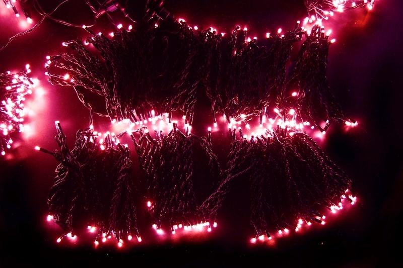 Гирлянда Neon-Night ClipLight, светодиодная, 24V, цвет: розовый, 5 нитей х 20 м323-507Светодиодная гирлянда Клип лайт представляет собой провод, на котором последовательно расположены светодиоды. В готовых комплектах из 3-х или 5-ти нитей длиной 20 метров источники света располагаются на расстоянии 15 см друг от друга.Гирлянда Клип лайт специально разработана для украшения различных объектов вне помещений, поэтому она хорошо переносит даже достаточно серьезные перепады температур. С ее помощью легко украсить новогодние елки, кустарники, живые деревья. Готовые комплекты из 3-х или 5-ти нитей позволяют быстро украсить небольшие деревья.В качестве преимуществ гирлянды можно отметить следующие: более толстый и крепкий провод, хорошая влагозащищенность, высокое разнообразие цветовых решений. Также гирлянда почти не выделяет тепла, поэтому совершенно безопасна для деревьев и кустарников, а благодаря понижающему трансформатору, которым она укомплектована, гирлянда совершенно безопасна для людей!Данная гирлянда состоит из 5 нитей, представлена в розовом белом цвете свечения светодиодов.