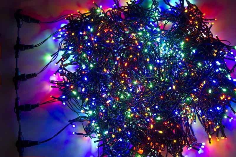 Гирлянда Neon-Night ClipLight, светодиодная, 24V, цвет: мульти, 5 нитей х 20 м323-509Светодиодная гирлянда Клип лайт представляет собой провод, на котором последовательно расположены светодиоды. В готовых комплектах из 3-х или 5-ти нитей длиной 20 метров источники света располагаются на расстоянии 15 см друг от друга.Гирлянда Клип лайт специально разработана для украшения различных объектов вне помещений, поэтому она хорошо переносит даже достаточно серьезные перепады температур. С ее помощью легко украсить новогодние елки, кустарники, живые деревья. Готовые комплекты из 3-х или 5-ти нитей позволяют быстро украсить небольшие деревья.В качестве преимуществ гирлянды можно отметить следующие: более толстый и крепкий провод, хорошая влагозащищенность, высокое разнообразие цветовых решений. Также гирлянда почти не выделяет тепла, поэтому совершенно безопасна для деревьев и кустарников, а благодаря понижающему трансформатору, которым она укомплектована, гирлянда совершенно безопасна для людей!Данная гирлянда состоит из 5 нитей, представлена в цвете свечения светодиодов мультиколор.