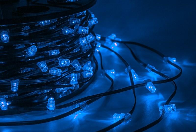 Гирлянда Neon-Night ClipLight, светодиодная, 12V, цвет: синий, шаг 15 см, 100 м325-123Светодиодная гирлинда Клип лайт представляет собой провод на котором последовательно расположены светодиоды. Также гирлянды могут быть изготовлены из малогабаритных лампочек накаливания. источники света могут располагаться на расстоянии 7,5, 15, 30 см друг от друга.Данная гирлянда Клип Лайт разработана для оформления деревьев и широко применяется в ландшафтном оформлении парков, аллей, садов и др., поэтому она хороо переносит даже достаточно серьезные перепады температур. В качестве преимуществ гирлянды можно отметить следующие: более толстый и крепкий провод, невысокое напряжение, хорошая влагозащищенность, высокое разнообразие цветовых решений. Также гирлянда не выделяет тепла, поэтому совершенно безопасна не только для деревьев и кустарников, но и для людей!Данная гирлянда поставляется в бухтах по 100 м, представлена в синем цвете свечения светодиодов.