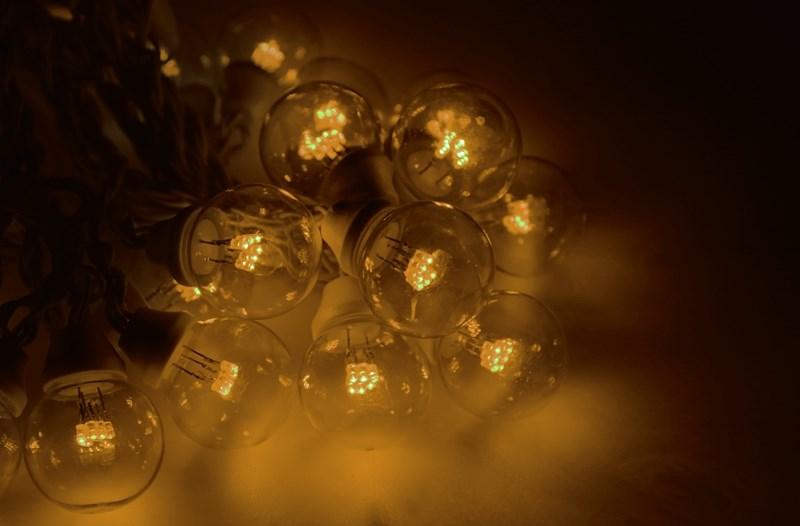 Гирлянда Neon-Night Galaxy Bulb String, светодиодная, влагостойкая, 30 ламп х 6 LED, каучуковый провод, цвет: черный, желтый, 10 м331-321Гирлянда LED Galaxy Bulb String внешне схожа с гирляндой Belt-light. Отличается она тем, что уже готова к использованию, на шине через каждые 33 см уже смонтированы прозрачные лампочки диаметром 45 мм, в каждой из которой есть 6 диодов. Благодаря своей степени защиты гирлянда может быть использована как в помещении, так и на улице, даже в сильный мороз.Данная гирлянда имеет длину 10 м, на которой равномено расположено 30 лампочек желтого цвета свечения.