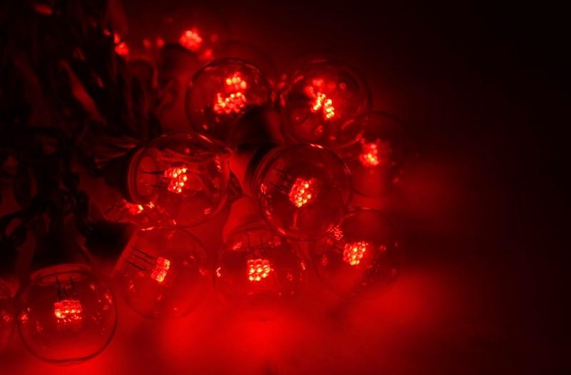 Гирлянда Neon-Night Galaxy Bulb String, светодиодная, влагостойкая, 30 ламп х 6 LED, каучуковый провод, цвет: черный, красный, 10 м331-322Гирлянда LED Galaxy Bulb String внешне схожа с гирляндой Belt-light. Отличается она тем, что уже готова к использованию, на шине через каждые 33 см уже смонтированы прозрачные лампочки диаметром 45 мм, в каждой из которой есть 6 диодов. Благодаря своей степени защиты гирлянда может быть использована как в помещении, так и на улице, даже в сильный мороз.Данная гирлянда имеет длину 10 м, на которой равномено расположено 30 лампочек красного цвета свечения.